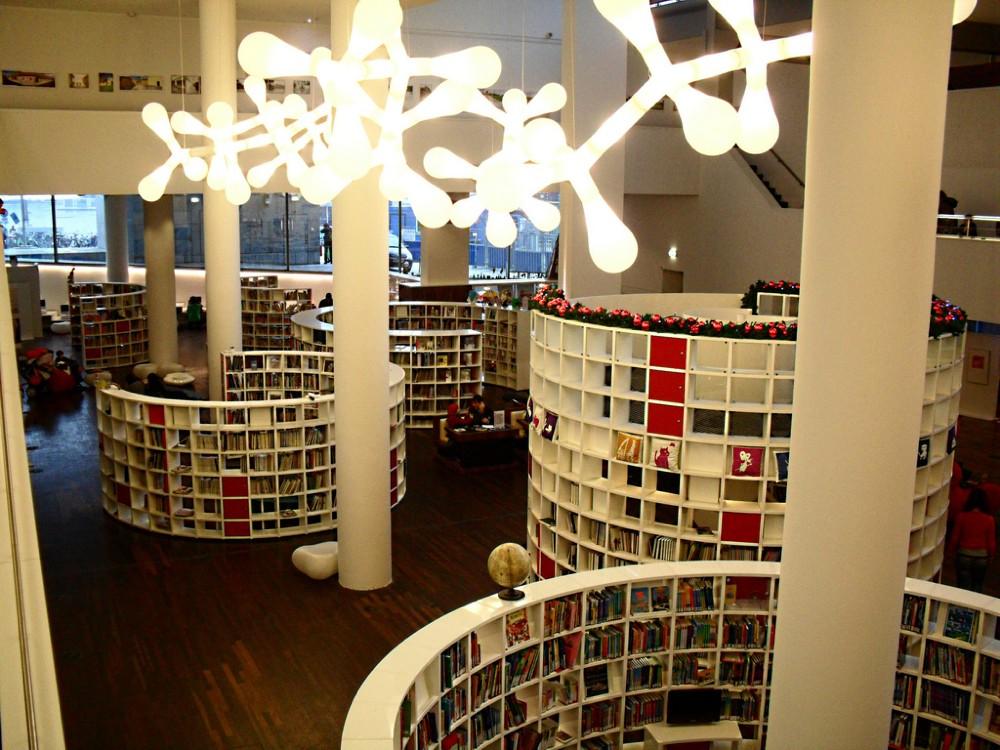 アムステルダムの図書館の円柱型の本棚