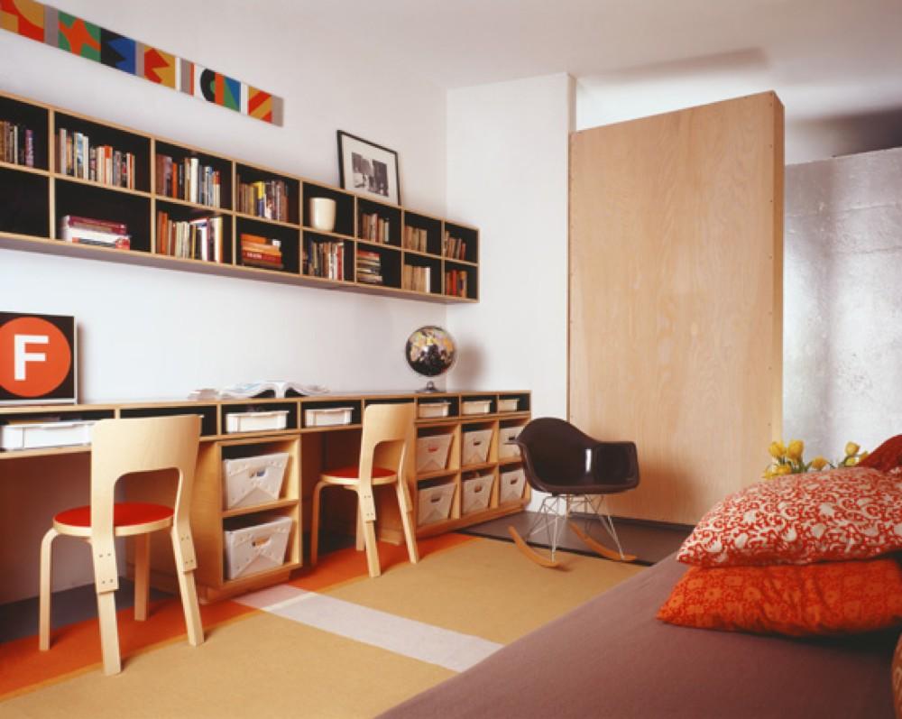 沢山の収納と本棚がある細長いカウンターテーブルの子供部屋 住宅デザイン