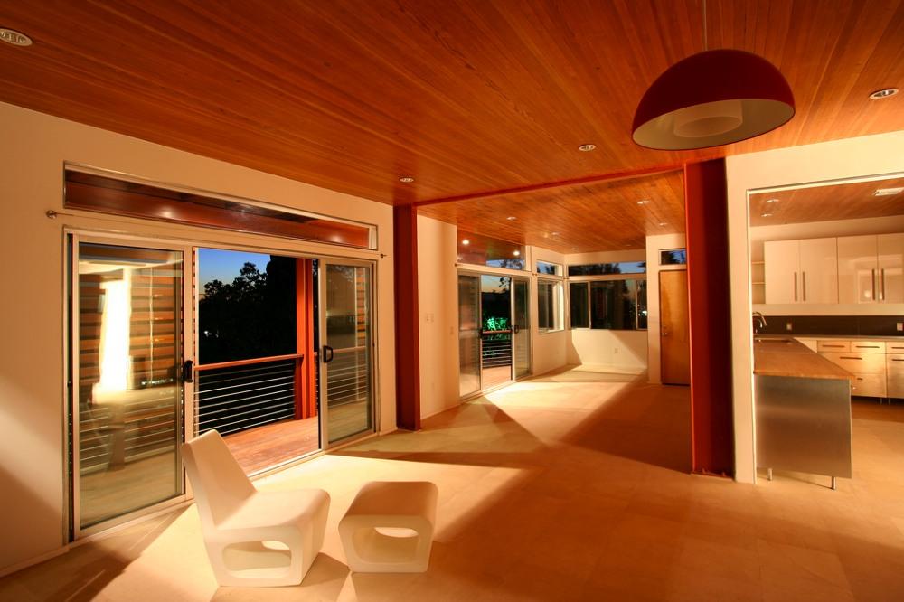 長いバルコニーのある家 住宅デザイン