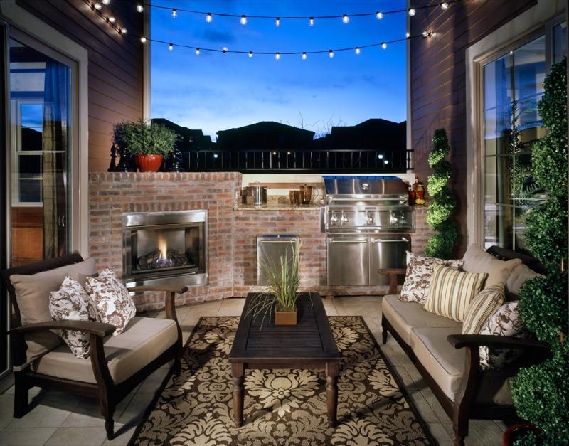 【家族の時間】屋外キッチンと暖炉のあるパティオ 住宅デザイン