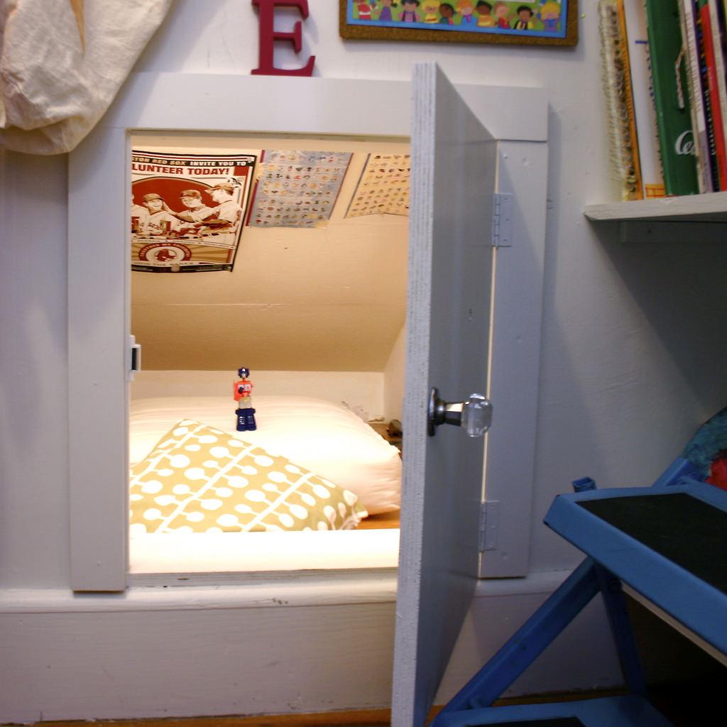 Hidden Bedroom Door Double Bed Bedroom Wooden Accent Wall Bedroom Aesthetically Pleasing Bedroom: À�童心の具現化】クローゼットの奥の扉の向こう側