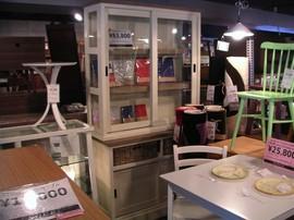 noceの白いガラス食器棚
