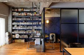 作り付けの本棚,巨大本棚,オープンな本棚,ワークスペース