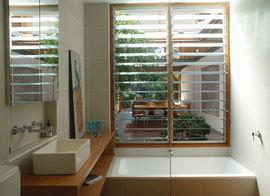 リビング,庭,全開放,窓,細長い,窓,ジャロジー,風呂,バスルーム