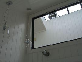 ガラスのランプシェード、黒い窓枠