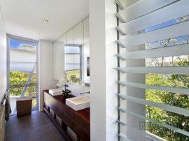 オーストラリアの豪邸の洗面所