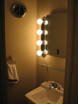 4連ランプ照明の洗面台