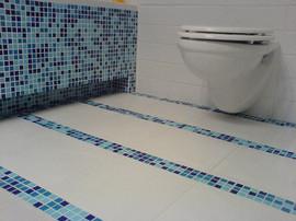 カラフルなバスルーム アクアブルーのタイル