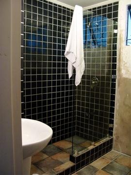 ガラス張りのシャワールーム