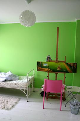 グリーンの壁の寝室