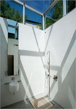 丘の中腹の家のバスルーム