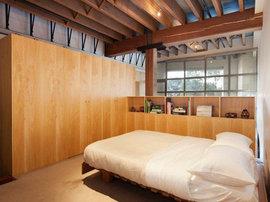広めのワンルームのベッドルーム