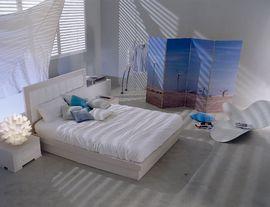 白基調のさわやかな寝室