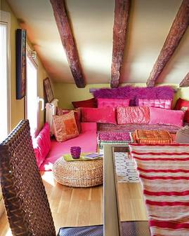 紫とピンクの屋根裏リビング.jpg