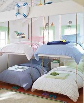 天井から吊り下げた二段ベッド.jpg