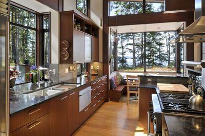 森の中に建つ家の開放的なキッチン.jpeg