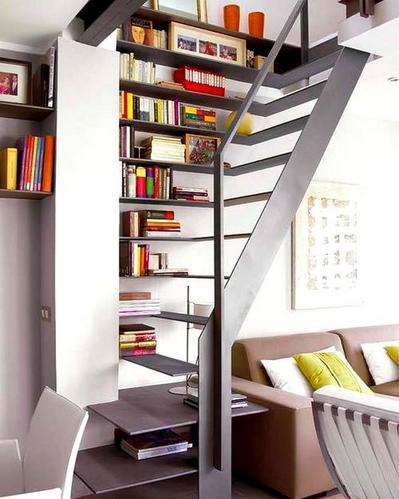 棚付きのシンプルな階段.jpeg