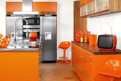 色あせたオレンジのキッチンと近未来の冷蔵庫.jpeg