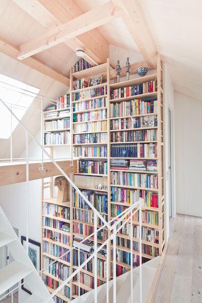 階段脇の作り付け位の巨大本棚2.jpeg