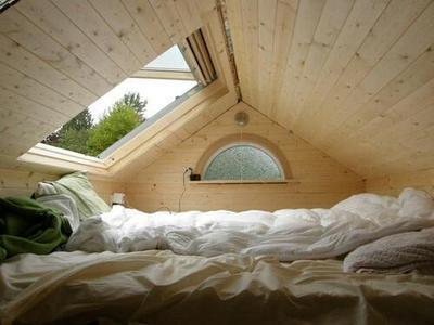 大きな天窓のある寝室.jpeg