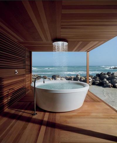 海の見えるバスルームのオーバーヘッドシャワー.jpeg