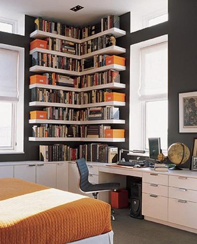 部屋のコーナーの作り付けの本棚.jpg