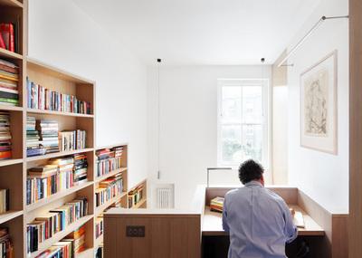 階段脇の壁に埋め込まれた本棚と階段上のワークデスク.jpeg