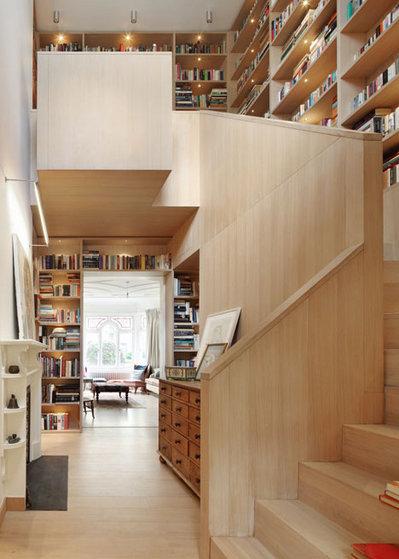 階段脇の壁に埋め込まれた本棚2.jpeg