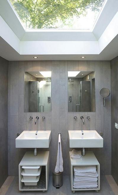 大きな天窓のある開放的な洗面所.jpg