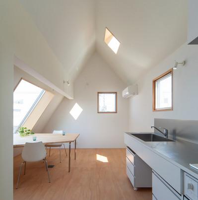 斜め天井のリビングの窓1.jpg