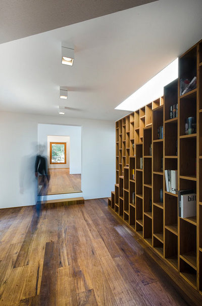 階段脇の全面壁面作り付け本棚2.jpeg