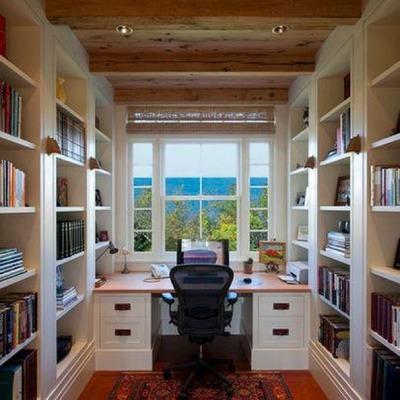 作り付けの本棚に囲まれた細長い書斎.jpg