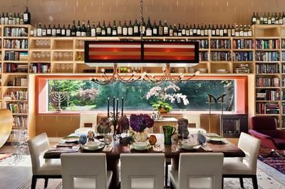 壁面全面に作り付けられた酒棚と本棚.jpg