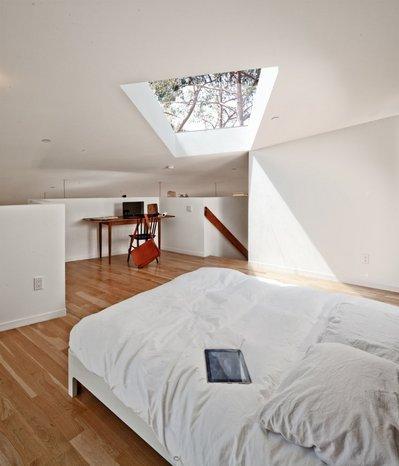 大きな天窓のあるベッドルーム1.jpg