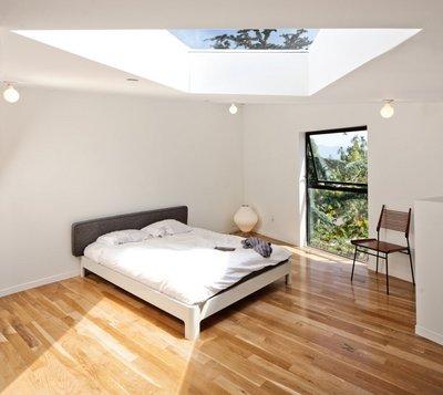大きな天窓のあるベッドルーム2.jpg
