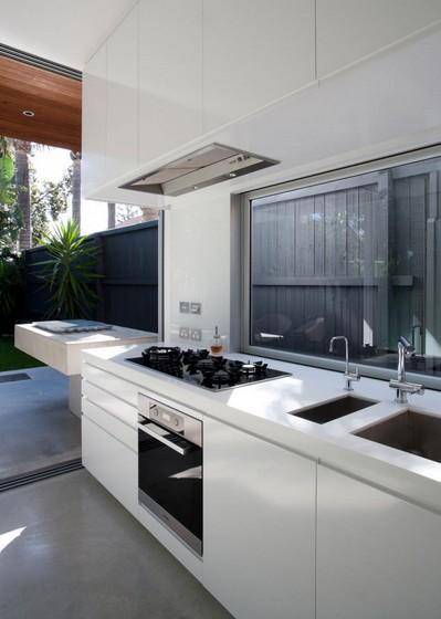 庭に隣接するキッチン.jpeg