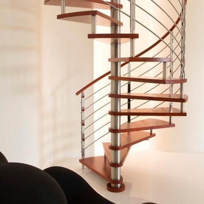 木製の螺旋階段.jpg