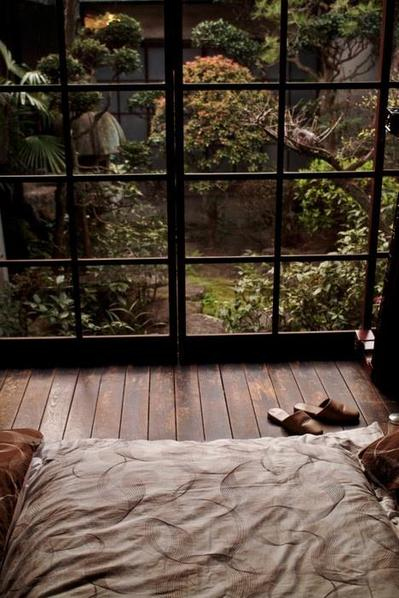 板張りの寝室と日本風の庭.jpeg