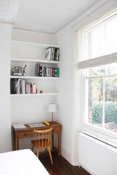 ベッドルームの片隅の書斎机.JPG