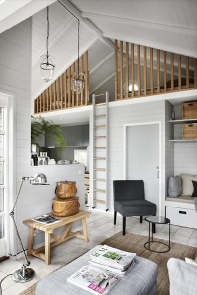 13坪弱の狭小住宅ビーチハウスのリビングとロフト.jpg