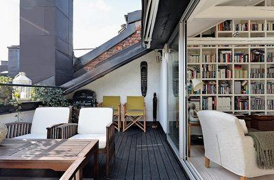 テラスの屋外リビングと作り付けの巨大本棚.jpg