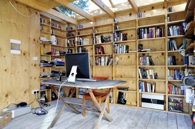 シンプルで大きな棚のある書斎.jpg