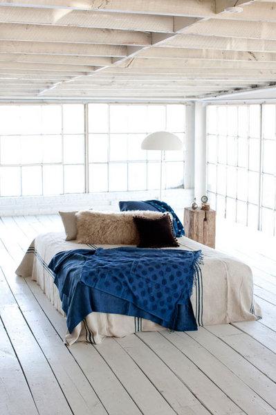 シンプルで開放的なロフトのベッドルーム.jpg