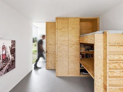 パイン材パネルの家のベッド.jpg