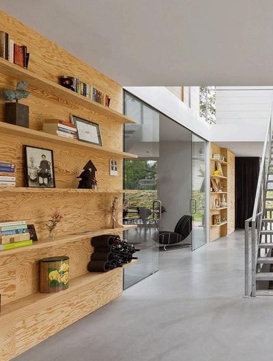 パイン材パネルの家の作り付けの本棚.jpg