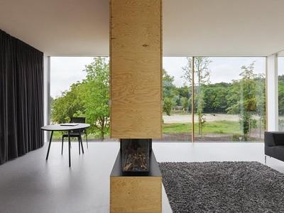 パイン材パネルの家の暖炉.jpg