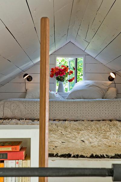 リビングの作り付けの本棚の上のロフトのベッドルーム.jpg