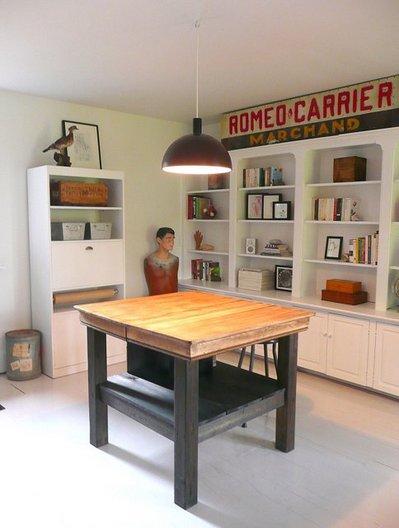 大きな作業テーブルと作り付け棚のあるホームオフィス.jpg