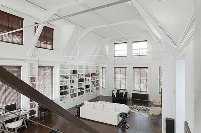 天井の高い広大なベッドルーム1.jpg