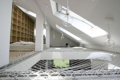 斜め天井とハンモック.jpg
